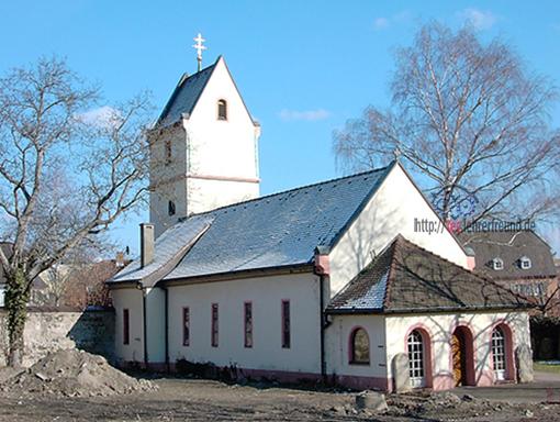 Kapelle in Fluchtpunktperspektive mit Blickrichtung auf eine Ecke der Kirche