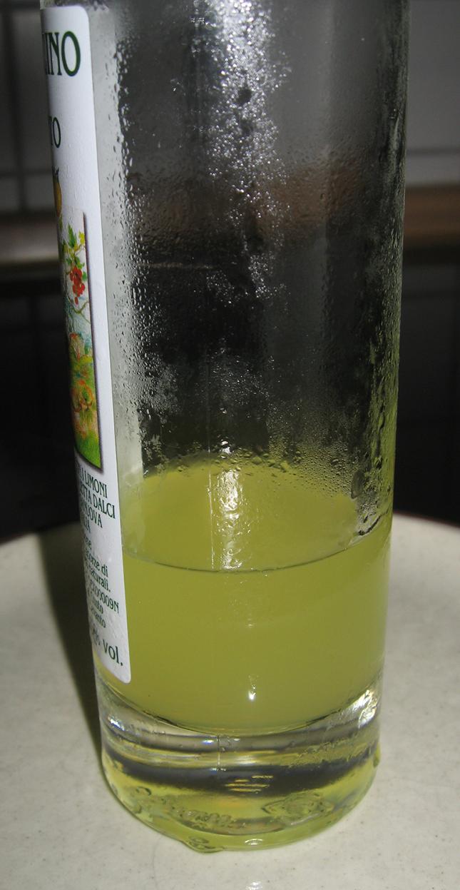 Kondensatperlen an Glasflasche