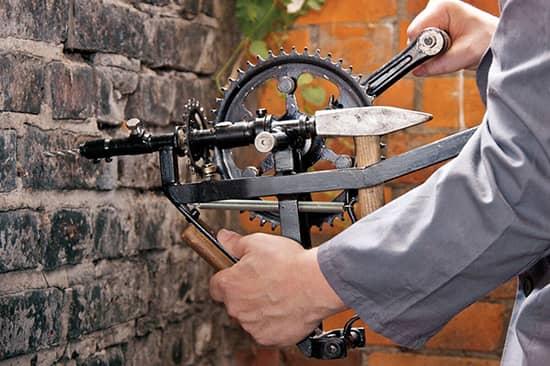 Foto Schlagbohrmaschine mit Kettenrädern, Hammer und anderen Bauteilen