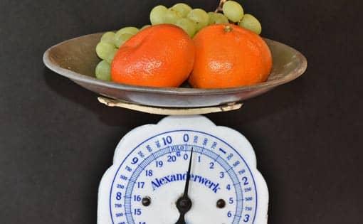 Obst und Waage als Metapher für ADHS-Diät