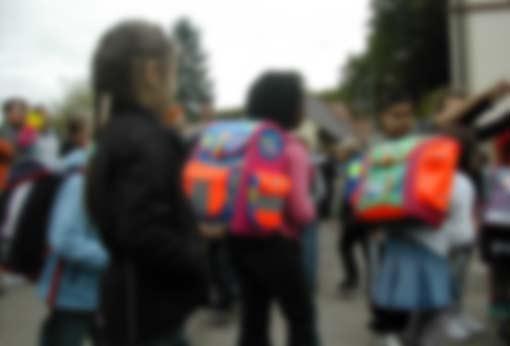 Personen auf dem Schulhof