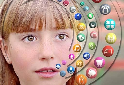 Kind mit Mediensymbolen