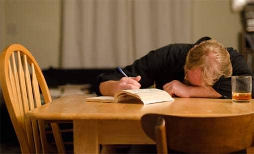 Ausgelaugte (Lehrer?-)Person, am Schreibtisch eingeschlafen