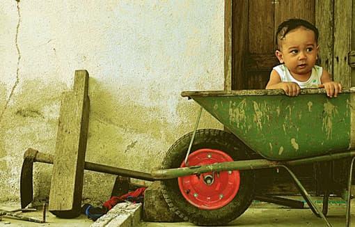 Kind in Schubkarre
