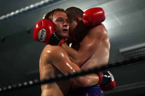 Boxer umarmen sich nach Gewalt-Kampf