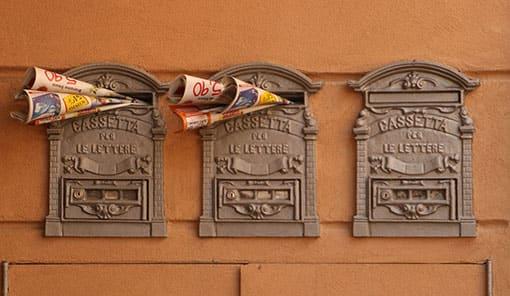 Briefkästen mit Prospekten drin