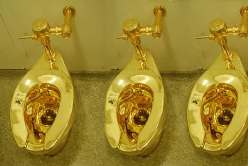 Goldene Toilettenschüsseln