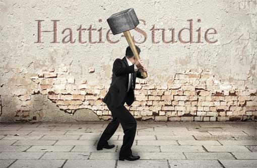 Mann zertrümmert Mauer mit Aufschrift 'Hattie-Studie'