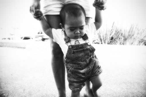 Kind lern laufen, indem es individuell von seiner Mutter (?) gefördert wird.