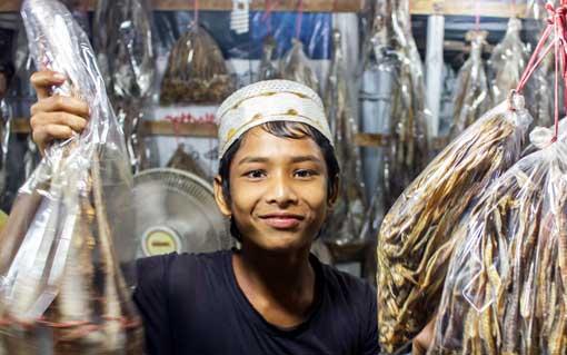 Junge präsentiert Ware auf einem Basar