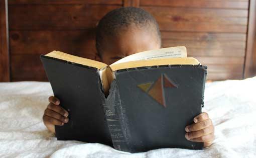 Kind liest im Lehrerfreund-Buch