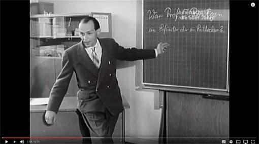 Ausschnitt: Lehrer in den 1950er-Jahren beim Deutschunterricht an der Tafel