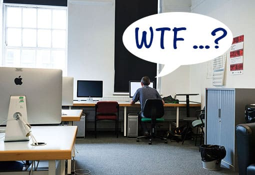 Lehrer sitzt vor Computer