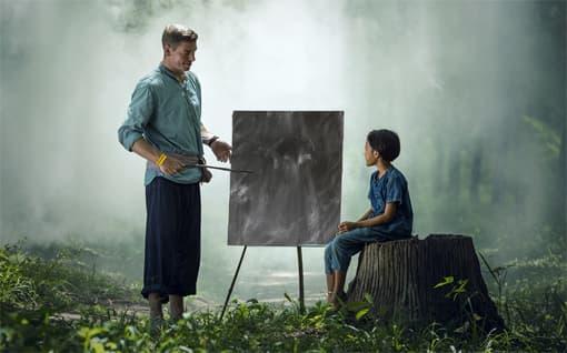 Lehrer gibt im Wald eine Vertretungsstunde