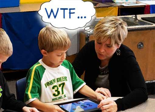Lehrer versteht Schüler nicht, der an einem Tabletcomputer arbeitet