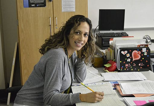Sympathische Lehrerin in Büro
