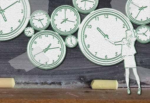 Lehrerin verstellt an einer Schultafel Uhren