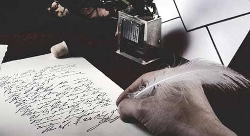 Hand mit Feder schreibt Lyrik