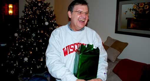 Lehrer freut sich über Geschenk