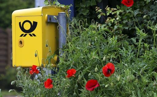 Postbriefkasten mit Mohnblumen