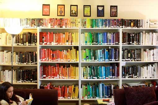 Bücherregal, nach Regenbogenfarben angeordnet