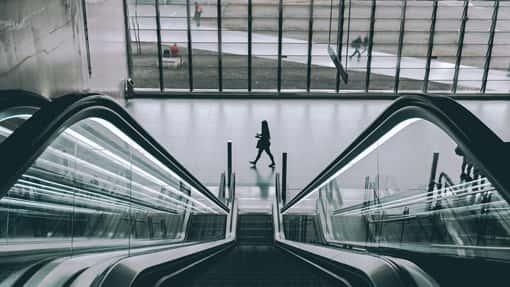 Perspektivischer Blick über eine Rolltreppe