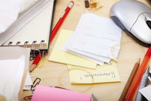 Lehrerschreibtisch mit Unterlagen