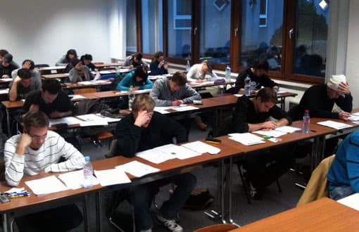 Schüler beim Schreiben einer Klassenarbeit