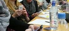 Schüler in Schulpause am Smartphone