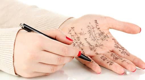Spickzettel auf einer Hand