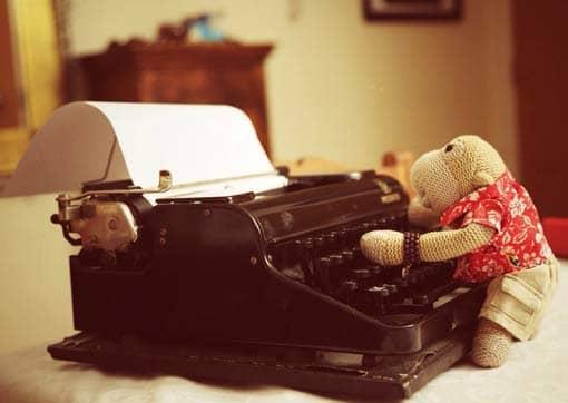 Stofftier an Schreibmaschine