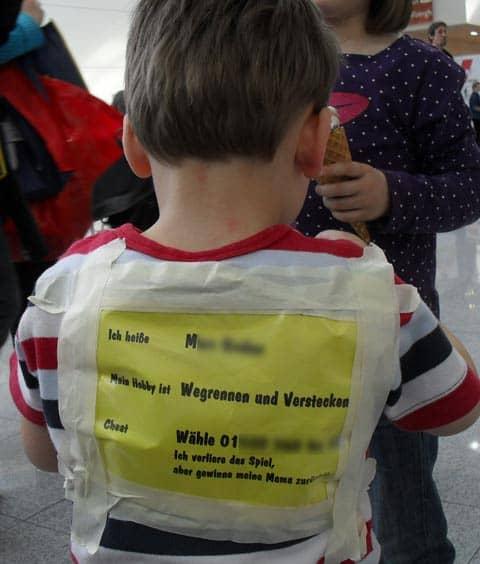 Kleiner Junge auf der didacta 2010, der ein Hinweisschild auf den Rücken geklebt hat, wie man seine Mutter erreichen kann