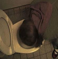 Film 'Dick & Dünner' - Szene Dany erbricht sich auf der Toilette