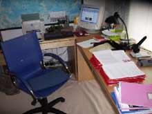 Lehrerarbeitszimmer mit Korrekturen